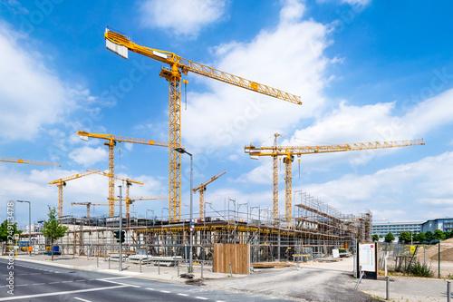 Leinwandbild Motiv Großbaustelle mit Kränen als Bauprojekt der Zukunft
