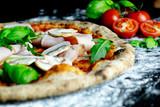 Pizza Funghi mit Pilzen und Schinken, Pizzarria Restaurant