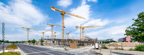 Leinwanddruck Bild Großbaustelle mit Kränen als Industrie Panorama