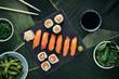 Sushi Nigiri Lachs und Maki Rolls Essen auf scharzer SChiefertafel und Bananenblätter