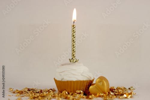 Kerze im Cupcake mit Herz in gold © Petra Ballhause