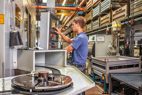 Skilled worker controlling a CNC machine xxl: bartussek.xmstore