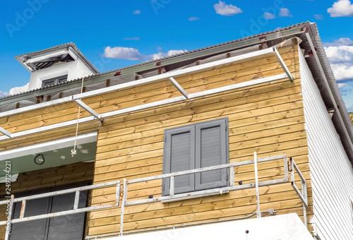 Maison ossature béton, charpente métallique, bardage bois