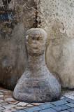 Protection du coin de mur en pierre avec la forme d'une tête.
