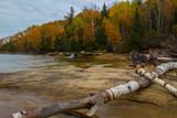 Elliot Falls jesienią, na zdjęciu Rocks National Lakeshore, Michigan