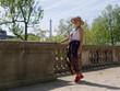 Femme au jardin des tuileries avec la tour eiffel en arrière plan
