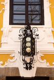 Farol en hierro fundido en fachada de edificio . - 249870453