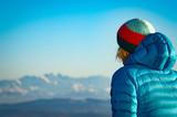 Frau vor Alpenpanorama