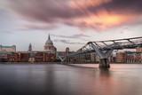 Sonnenuntergang hinter der St. Pauls Kathedrale in London, England