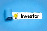 Investor / blaues Papier mit Glühbirne - 250035435