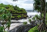 Reißender Wasserfall im Regenwald fließt ins Meer