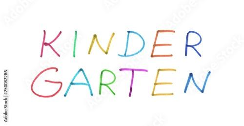 Kindergarten aus bunten handschriftlichen Buchstaben