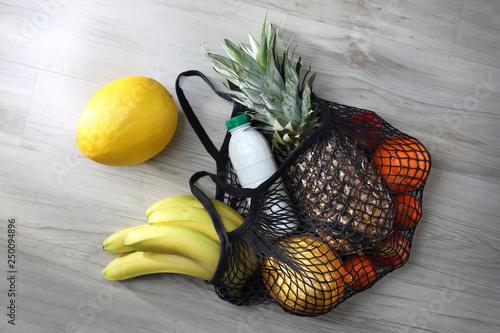 Zdrowa dieta. Torba na zakupy pełna zdrowych kolorowych owoców i warzyw. - 250094896