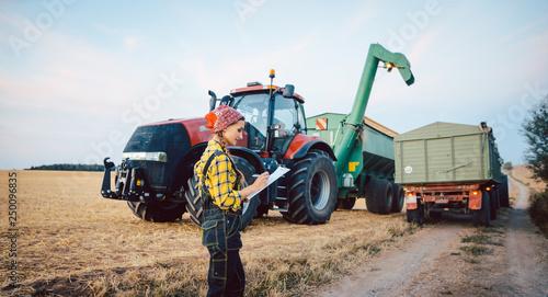 Bäuerin rechnet den Ernteerfolg nach einem langen Erntetag aus © Kzenon