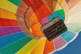 Fototapeta Rainbow - start kolorowego balonu widok z dołu do góry na kosz i kopułę balonu © Jarek Witkowski