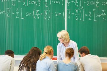 Studenten lernen in Gruppenarbeit © Robert Kneschke