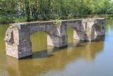 Die Reste der Zollhalle im See vom Mediapark Köln - 250315645