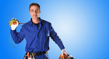Tło umundurowany elektryk z narzędziami i sprzętem elektrycznym pół ciała