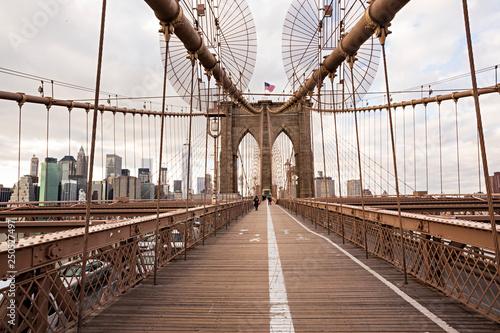 Leinwanddruck Bild Puente de Brooklyn en Manhattan.