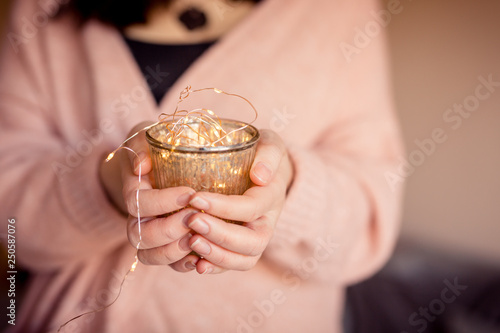 Junge Frau hält goldenes Glas mit Lichterkette © sc Fotografie