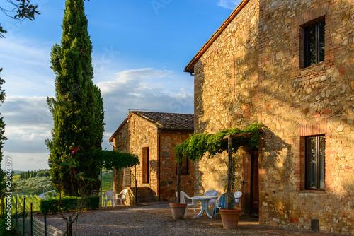In Mitten der Weinberge der Tenuta di Monaciano befinden sich die Ferienhäuser die vom Besitzer des Weingutes betrieben werden. Hier baut man einen hervorragenden Chianti an. - 250621857
