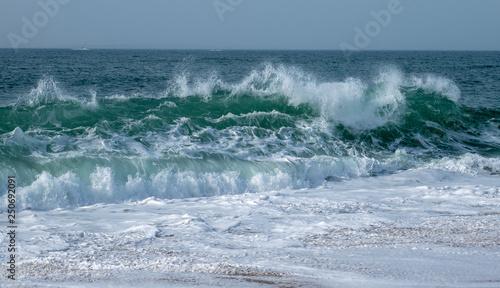 grandes vagues écumantes de la mer © and_rue