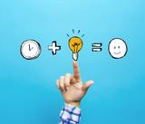 Czas plus pomysł równa się szczęśliwy z ręką na niebieskim tle