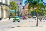 Amerikanische  Oldtimer fahren auf der Hauptstrasse Jose Marti durch Havanna City Kuba - Serie Kuba Reportage