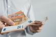 Leinwanddruck Bild - Geldscheine in hand
