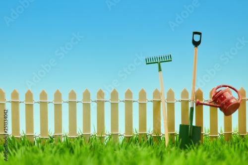 Gartenarbeit Werkzeuge am Zaun vom Garten