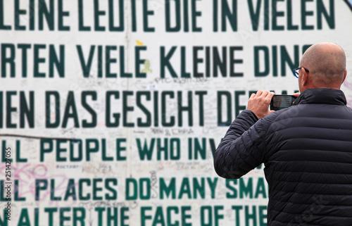 hombre fotografiando el muro de berlín grafiti 3882-A19