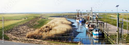 Leinwandbild Motiv Krabbenkutter im idyllischen Kutterhafen an der Nordseeküste, Panorama