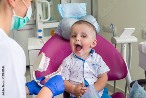 obraz PCV Little boy showing his teeth to a doctor