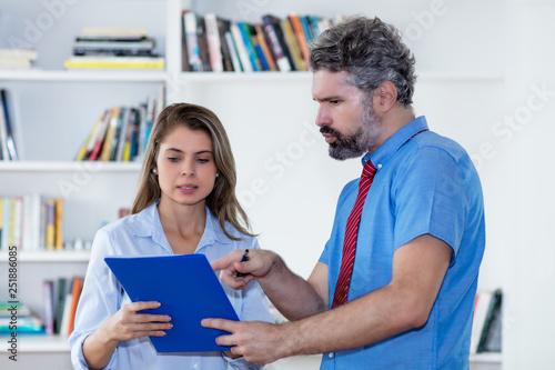 obraz lub plakat Geschäftsmann spricht mit Kollegin