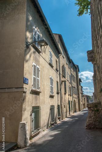 Narrow street in Avignon - 252029088