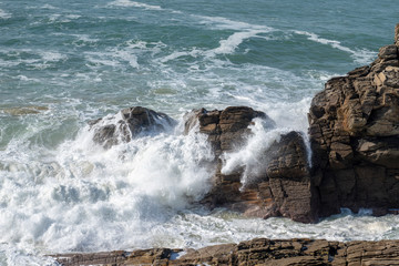 rochers dans l'océan © and_rue