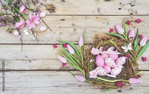 Ostern - Nest mit Eiern auf Holz - Hintergrund Grußkarte Osternest