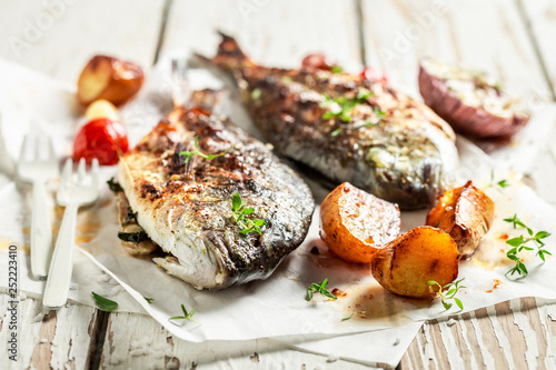 Potatoes and sea bream with cherry tomatoes - 252223410