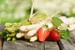 Leinwanddruck Bild - Spargel, grün und weiß, mit Erdbeeren, auf Brett, Textraum