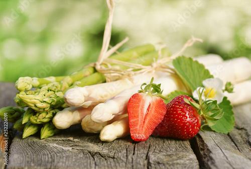 Leinwanddruck Bild Spargel, grün und weiß, mit Erdbeeren, auf Brett, Textraum