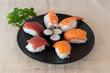 Plato variado de sushi y maki