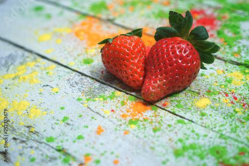 Zwei Erdbeeren auf buntem Hintergrund - 252333679