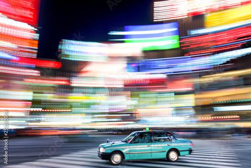 mata magnetyczna Tokio Taxi bei Nacht in Shibuya Japan