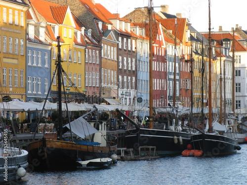 Calle con casas de colores. otoño Copenhague Dinamarca