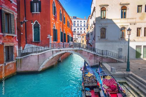 Leinwanddruck Bild Canal in Venice, Italy
