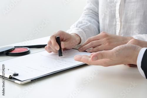 契約を結ぶ女性
