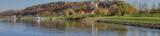 jesienna panorama Kazimierza Dolnego, widok od strony Wisły na  spichrze, wzgórze zamkowe, farę i przystań statków pasażerskich
