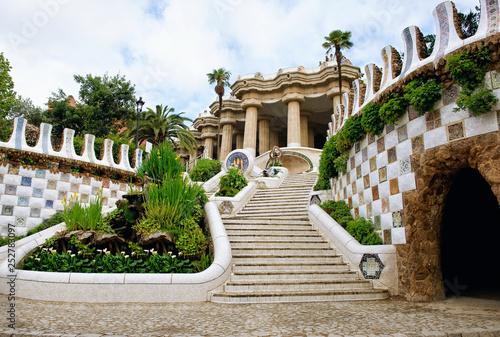Leinwanddruck Bild Goule Park in Barcelona. View of the gallery.