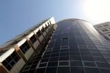 komercyjny wieżowiec w promieniach słońca w centrum miasta