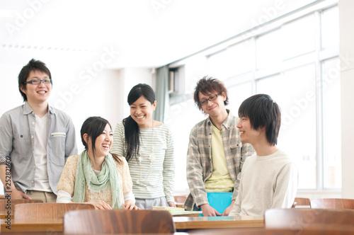 談笑をする大学生